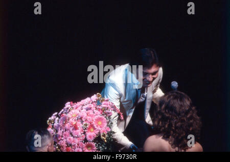 Der tschechische Sänger Karel Gott beim Konzert, Deutschland 1980er Jahre. Czech singer Karel Gott in concert, Germany - Stock Photo
