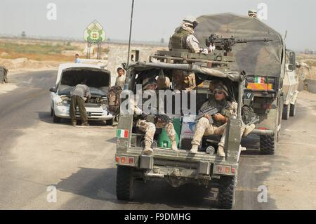 Italian military intervention in Iraq (10/2004), soldiers of the airborne brigade 'Friuli' during a territory control - Stock Photo