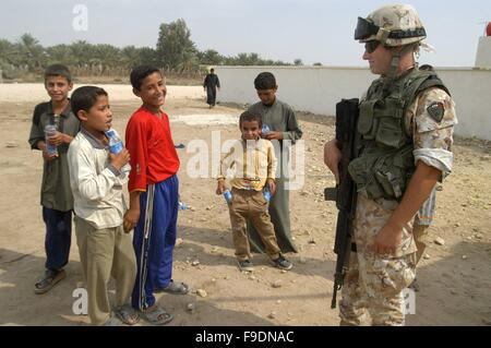 Italian military intervention in Iraq (10/2004), soldiers with children of a school on the outskirts of Nasiriyah - Stock Photo