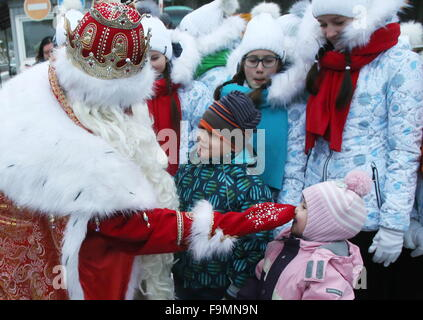 Leningrad Region, Russia. 17th Dec, 2015. Russia's Ded Moroz of Veliky Ustyug (Father Frost) and children during - Stock Photo