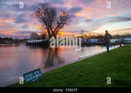 Rufford, Burscough, near Preston, Lancashire, UK.  18th December, 2015.  UK Weather.  'Feed ducks in Water' sign - Stock Photo