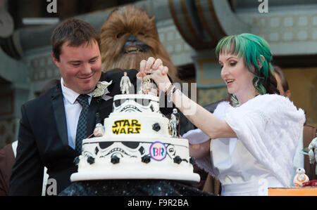 Hollywood, California, USA. 17th December. 2015. (A new couple, both avid Star Wars fans from Australia, cut a cake - Stock Photo