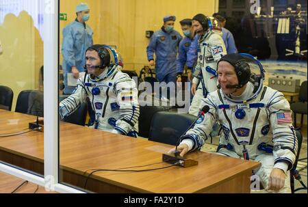 International Space Station Expedition 46 crew members in their Russian Sokol space suits speak with family members - Stock Photo