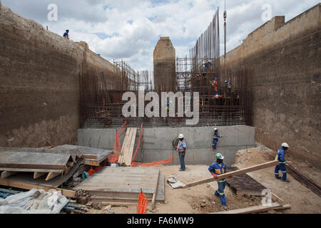 Workers rehabilitate the aging Nacala Dam in Nampula Province, Mozambique, SE Africa. - Stock Photo