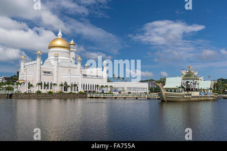 Masjid Omar 'Ali Saifuddien mosque in Bandar Seri Begawan, capital of the sultanate of Brunei Darussalam. - Stock Photo