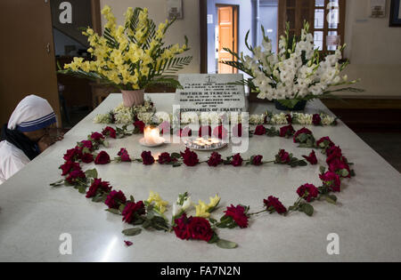 A Missionary of Charity sister prays at the tomb of Mother Teresa - Stock Photo