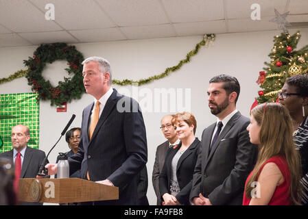 Brooklyn, United States. 23rd Dec, 2015. Mayor Bill de Blasio joined with Human Resources Administration Commissioner - Stock Photo