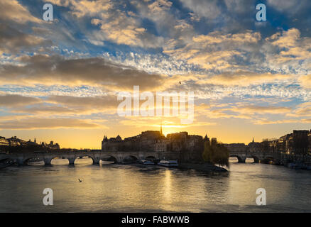 Sunrise over Ile de la Cite in central Paris. The Pont Neuf crosses the Seine River and links the Left and Right - Stock Photo