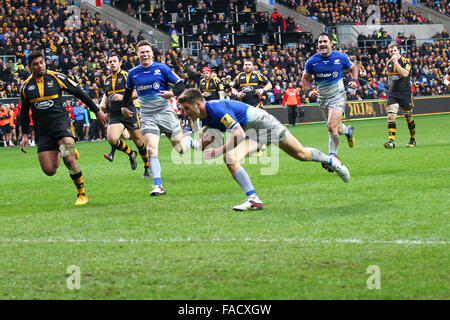 Coventry, England, 27th, December, 2015.  Saracens fly-half Owen Farrell runs in for the second try.  Action from - Stock Photo