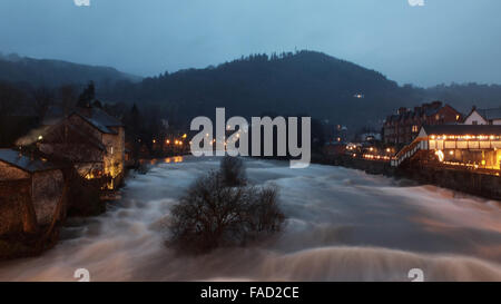 Llangollen, Wales, UK.  27th December, 2015.   UK Weather - The River Dee at Llangollen in North Wales flows very - Stock Photo