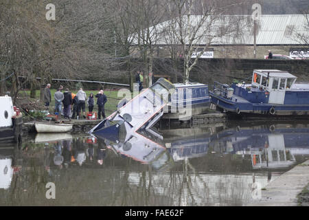 Elland Basin, Elland, West Yorkshire, UK. 28th December, 2015. Owners survey the scene at Elland Basin, where canal - Stock Photo