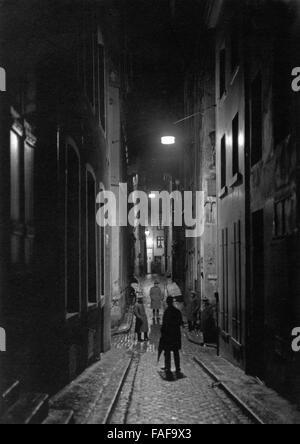 Blick in die Gasse Auf dem Rothenberg in der Altstadt von Köln bei Nacht, Deutschland 1920er Jahre. View to Auf - Stock Photo