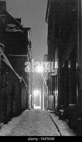 Blick in die Gasse Auf dem Rothenberg in der Altstadt von Köln bei Nacht im Schnee, Deutschland 1920er Jahre. View - Stock Photo