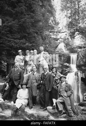 Reisegruppe der Heimatfreunde Köln posiert vor den Tribeger Wasserfällen im Schwarzwald, Deutschland 1930er Jahre. - Stock Photo