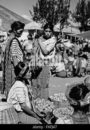 Frauen auf dem Markt in Santiago Atitlan, Guatemala 1970er Jahre. Women at the market of Santiago Atitlan, Guatemala - Stock Photo