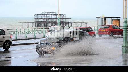 Brighton, Sussex, UK. 4th January, 2016. Traffic drives through flooding and surface water on Brighton seafront - Stock Photo