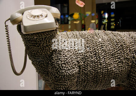 Schaf, Telefon, Schaufensterdekoration, Berlin-Mitte. - Stock Photo