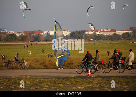 Tempelhofer Feld: auf dem ehemaligen Flughafengelaende Tempelhof, Berlin-Tempelhof. - Stock Photo