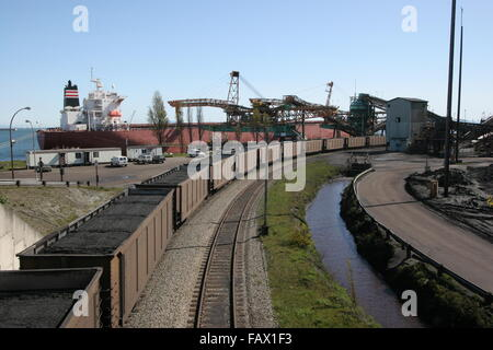 coal cars being loaded at the port of Vancouver - Stock Photo
