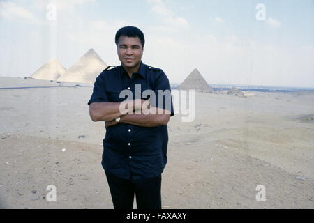 Giza Pyramids, Cairo, Egypt - 1986 - World heavyweight boxing champion Muhammad Ali on a goodwill visit to Egypt. - Stock Photo