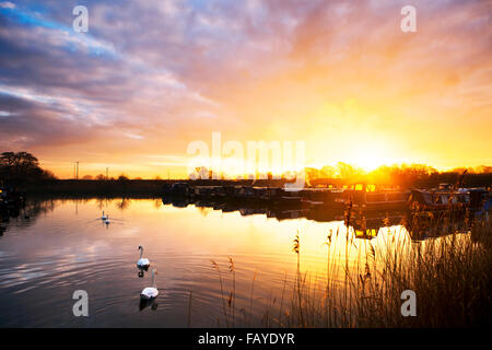 UK Weather 06 Jan 2016.  Sunrise over canal boats, Rufford, Lancashire, UK.  The soft amber glow of the sunrise - Stock Photo