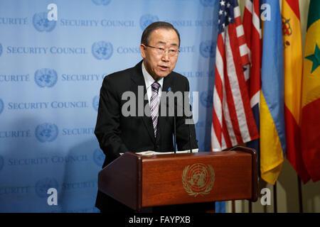 New York, USA. 6th Jan, 2016. The United Nations Secretary-General Ban Ki-moon speaks to journalists on the Democratic - Stock Photo