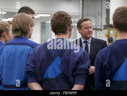 Munich, Germany. 7th January, 2016. Britain's Prime Minister David Cameron talks to trainee workers during his visit to the production lines at the BMW manufacturing plant in Munich, Germany, January 7, 2016. Photo: MICHAELA REHLE/dpa/Alamy Live News Stock Photo