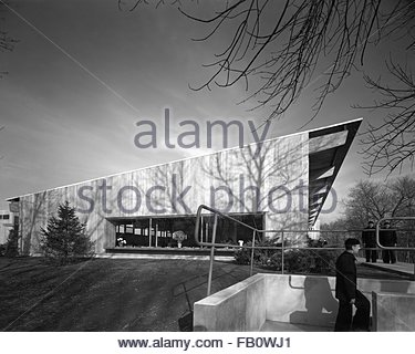 Welfare building at Great Lakes Naval Training Station at North Chicago (Ill.), 1942 Dec. 7. Exterior, side elevation. - Stock Photo