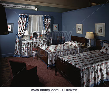 Furniture settings in department stores in Chicago (Ill.), 1943 Feb. 26. Bedroom setting with twin beds - Stock Photo