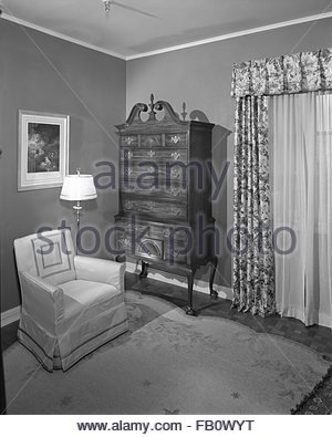 Bedroom furniture at Marshall Field and Company, 1943 Feb. 25. Upholstered chairs, dresser, four-poster twin beds, - Stock Photo