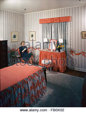 Furniture settings in department stores in Chicago (Ill.), 1943 Feb. 26. Girls bedroom decorated with red bows - Stock Photo
