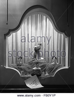 Window displays at Marshall Field and Company with hats, 1943 Aug. 10. Hat display. - Stock Photo