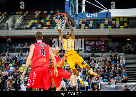 LondonUK 8th January, 2016. Leicester Riders defeat London Lions 71-50 in BBL trophy game. Lions' Demond Watt hangs - Stock Photo