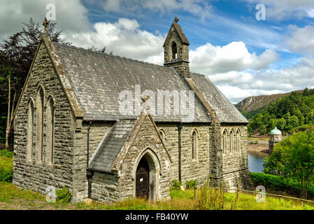 The picturesque Eglwys Nantswyllt Church on the hill above Garreg-ddu reservoir in the Elan Valley. - Stock Photo