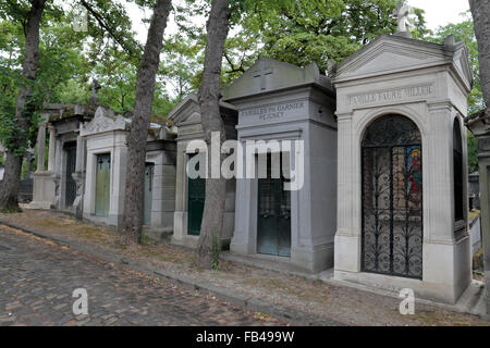 A line of ornate tombs in the Père Lachaise Cemetery, Paris, France. - Stock Photo