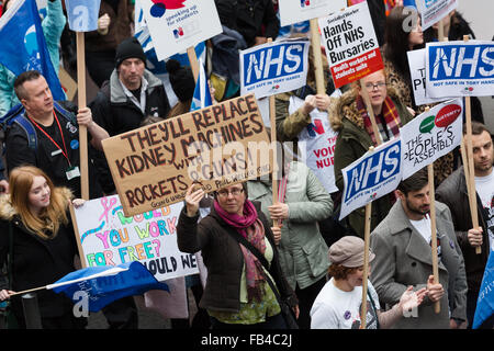 London, UK. 9th January 2016.NHS student nurses, midwives and supporters take part in a protest march from St Thomas' - Stock Photo