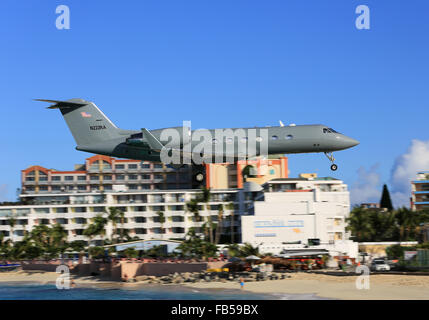 A private Gulfstream executive jet low over Maho Beach about to land at Princess Juliana International Airport in - Stock Photo