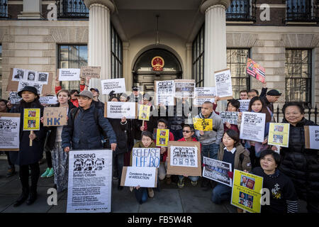 London, UK. 10th January, 2016. Protesters outside the London Chinese Embassy urging Hong Kongers to condemn China - Stock Photo