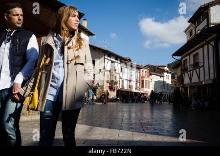 31/10/15 Couple in plaza, Ezcaray, La Rioja, Spain. Photo by James Sturcke - Stock Photo
