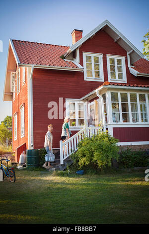 Sweden, Uppland, Stockholm Archipelago, Svartloga, Family coming to their summer house - Stock Photo