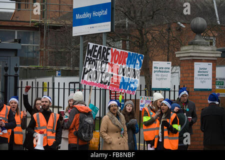 London, UK. 12th January 2016. National Health Service (NHS) Junior Doctors under the banner of the British Medical - Stock Photo