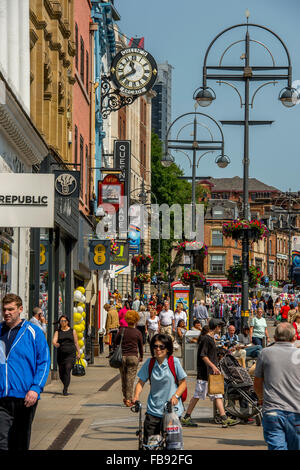 Shoppers in a busy Leeds city centre on a summers day. - Stock Photo