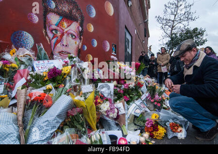London, UK.  12 January 2016.  Fans continue to visit the mural of David Bowie in Brixton to pay their respects - Stock Photo