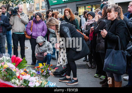 London, UK. 12th January, 2016. Tributes from fans lie beneath a mural of David Bowie, Tunstall Road, Brixton SW9, - Stock Photo