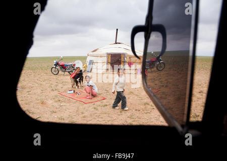 A nomad family camp in the Gobi Desert, Mongolia. - Stock Photo