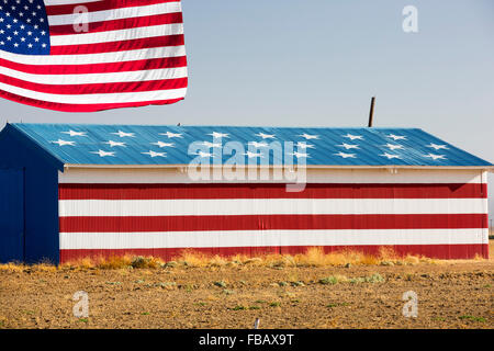 A patriotic farmers barn near Fresno, California, USA. - Stock Photo