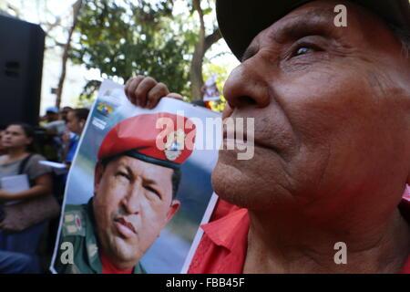 Caracas, Venezuela. 13th Jan, 2015. A woman holds a image of the late Venezuelan President Hugo Chavez during a tribute to Hugo Chavez and Simon Bolivar, the founding father of Venezuelan Independence, in Caracas, Venezuela, on Jan. 13, 2015. © Gregorio Teran/AVN/Xinhua/Alamy Live News