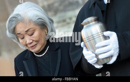 Leipzig, Germany. 14th Jan, 2016. The widow of conductor Kurt Masur, Tomoko Sakurai-Masur, accompanies Masur's urn - Stock Photo