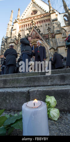 Leipzig, Germany. 14th Jan, 2016. A candle can be seen on the steps of the St. Thomas Church after funeral services - Stock Photo