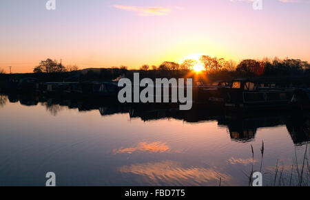 Rufford, Lancashire, UK. 15th January, 2016. A beautiful sunrise elevates above the rolling pennine hills, silhouetting - Stock Photo